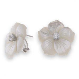 Pendientes de plata con flor nacarada y cierre omega confort